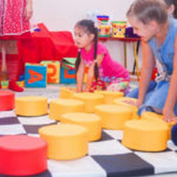 Дети играют в напольные шашки