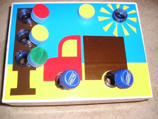 Дидактический материал в виде автомобиля и светофора с навинчивающимися цветными крышками