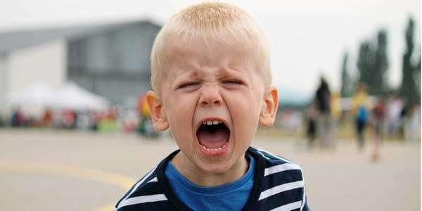 Если ребенок нервничает и кричит, не следует его бить
