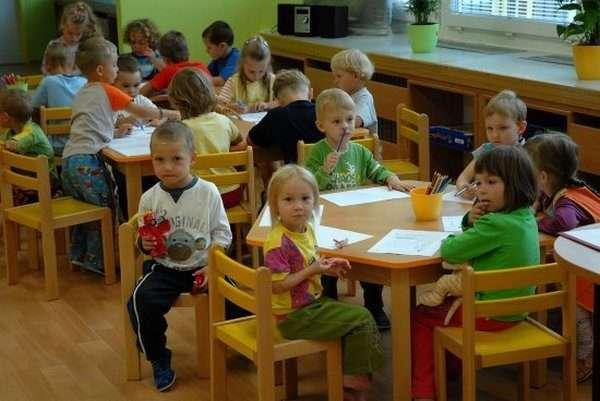 Дети сидят за столиками на занятии