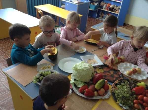 Дети готовятся к игре «Угадай на вкус»