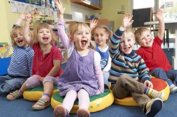 Дети подняли павую руку