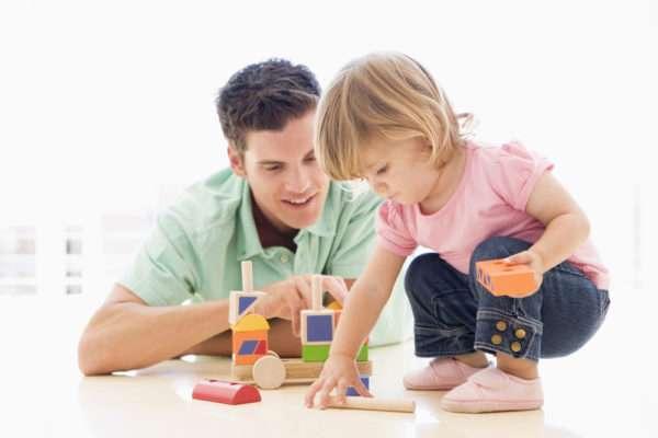 Взрослый играет с ребёнком