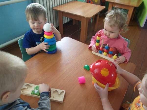 Малыши играют за столом