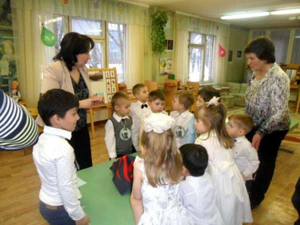 Дети стоят рядом с учителем-логопедом
