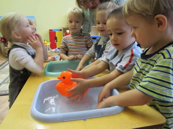 Дети играют с водой в группе
