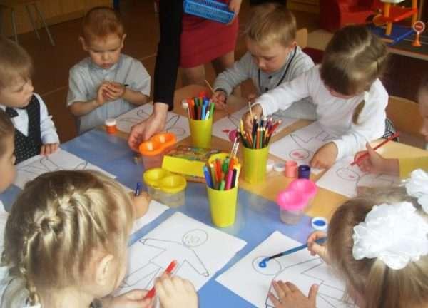 Дети рисуют человечков цветными карандашами