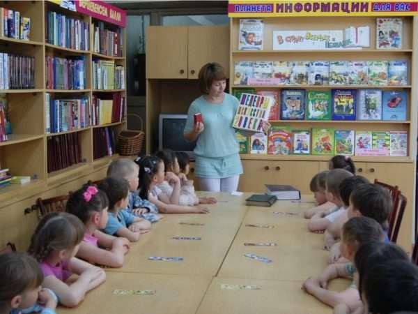 Будущие школьники на экскурсии в библиотеке