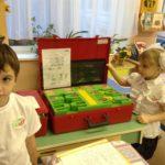 Мальчик и девочка изучают инструменты и схемы
