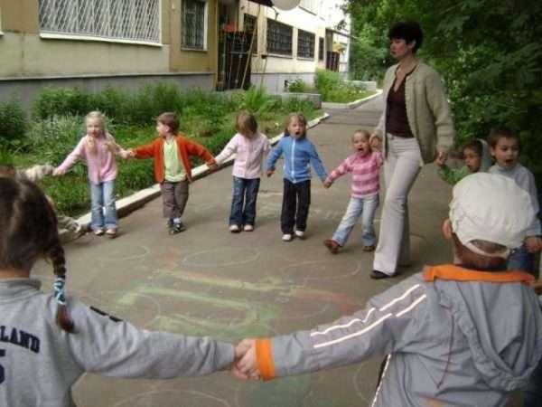 Педагог идёт с детьми в хороводе