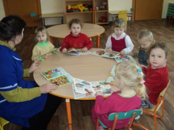 Дети сидят за столом вместе с воспитателем