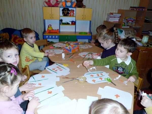 Дети вырезают из бумаги и делают аппликации