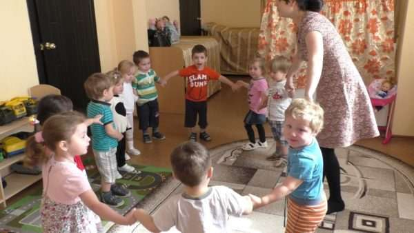 Воспитательница и дети водят хоровод