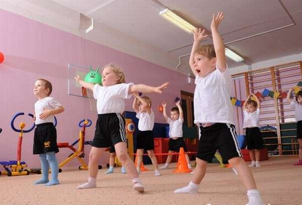 Малыши занимаются физкультурой