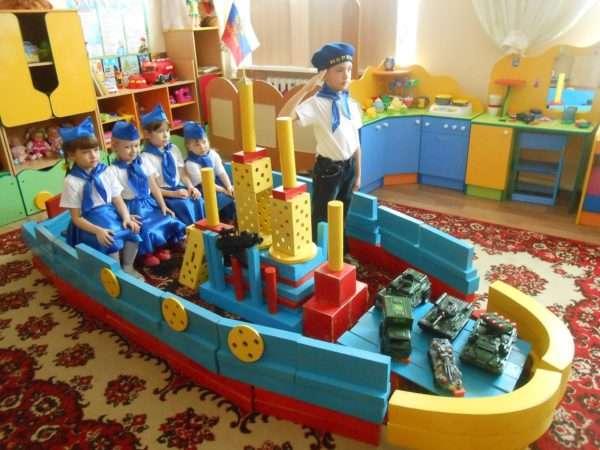 Дети играют в плавание на сконструированном из крупных модулей корабле