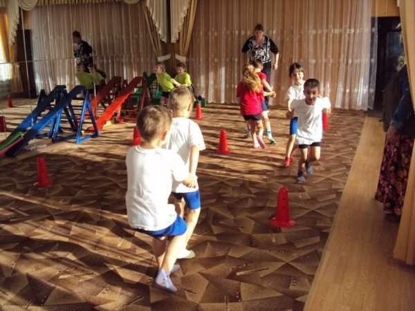 Дети прыгают паровозиком в парах