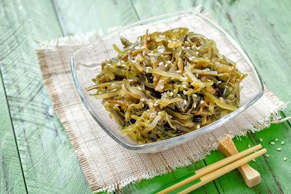 Салат из морской капусты содержит йод и витамины, которые необходимы для беременных
