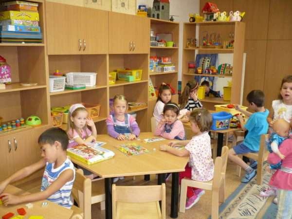 Дети сидят за столиками по группам