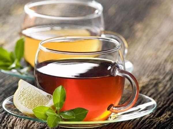 Врачи рекомендуют пить полезные травяные чаи с дольками лимона