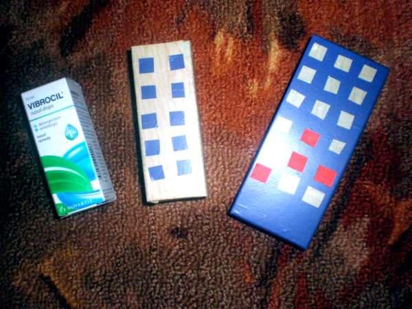 Три небольших коробочки, две из них изображают многоэтажные дома